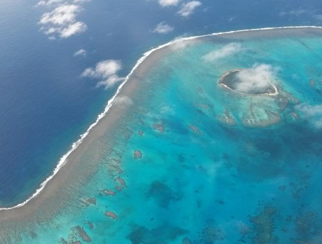 Atemberauschend schöner Flug über die grandiose Südseelandschaft mit den Atollen, Inselchen sowie ihrer Riffe.