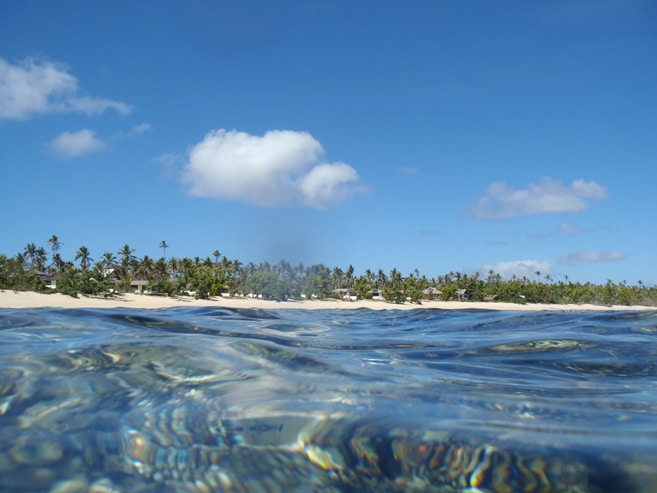 """Das Sandy Beach Resort mit dem tollen Strand vom Riff aus gesehen. Mein Titelbild für die """"Verreisenden Gedanken""""."""