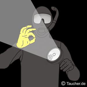 Taucherlampe Signal mit OK Handzeichen